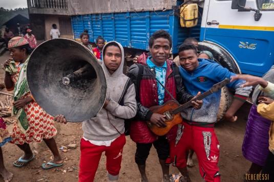 n800/Sakaleona.Madagascar.trek.musique.2.jpg