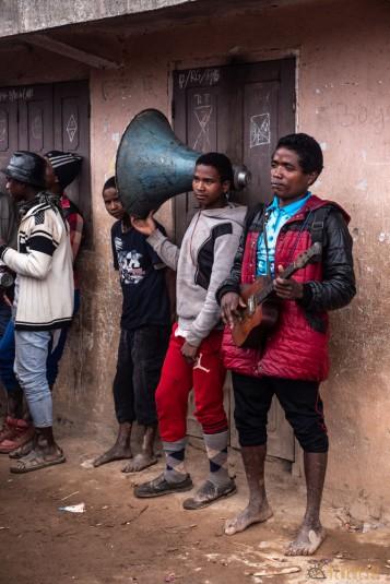 n800/Sakaleona.Madagascar.trek.musique.7.jpg